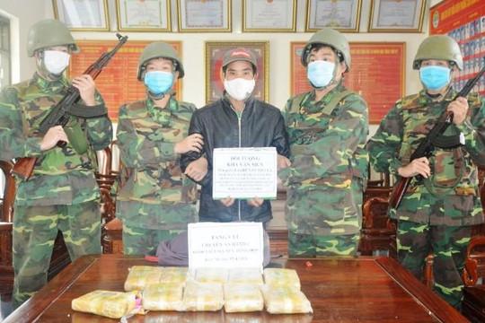 Hà Tĩnh: Bắt một thanh niên vận chuyển 60.000 viên ma túy qua biên giới