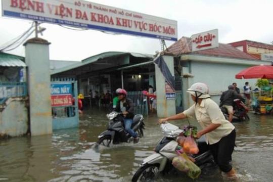TP.HCM: Chỉ cơn mưa đầu mùa đã 'nhấn chìm' Bệnh viện Hóc Môn