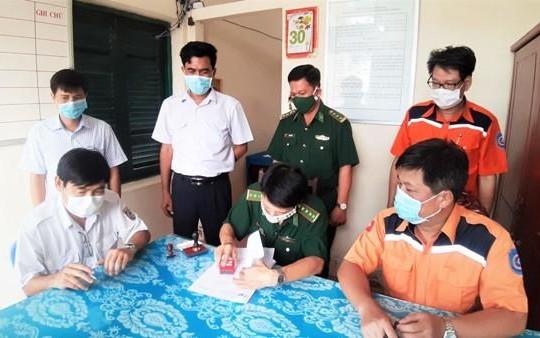 Sóc Trăng: Bộ đội Biên phòng tiếp nhận thêm 2 thuyền viên Indonesia bị nạn trên biển