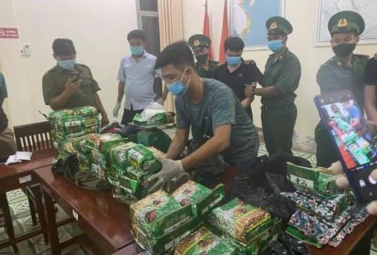 An Giang: Bắt giữ 2 thanh niên vượt biên mang vào 40kg ma túy đá