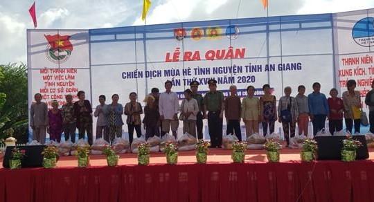 Công an tỉnh An Giang tặng hàng trăm phần quà cho người nghèo và học sinh