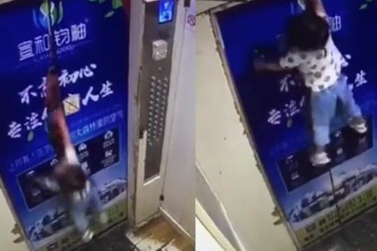 Clip mẹ cột tay dắt đi chơi để con gái bị treo lơ lửng lên cửa thang máy