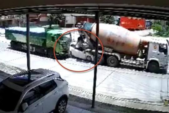 Clip ô tô bẹp dúm khi bị xe ben húc văng vào xe bồn, tài xế thoát chết ngoạn mục