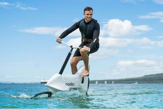 Xe đạp cánh ngầm đi trên mặt nước với vận tốc 19 km/h