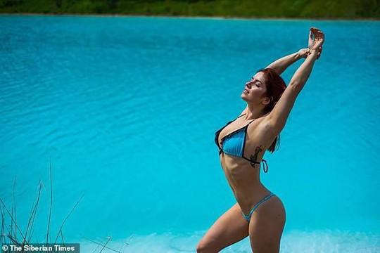 Lạ lùng hồ nước thải độc hại nhưng các cô gái đổ xô đến chụp ảnh bikini