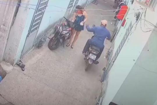 Vừa dừng xe trước nhà, cô gái bị cướp dây chuyền trong tích tắc