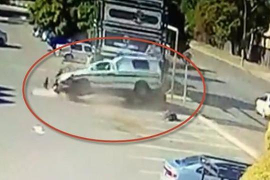 Clip cảnh sát lái xe bán tải như bay, thắng gấp tông hai người nguy kịch