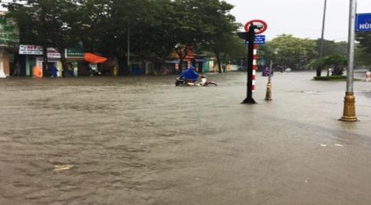 Bão lụt miền Trung: Phận người trôi nổi do đâu?