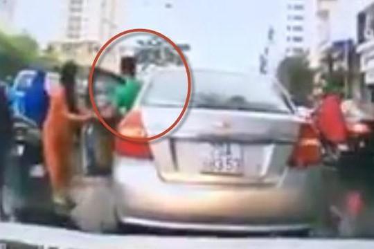 Clip tài xế dừng ô tô nhặt chùm vải của người bán hàng rong gặp nạn: Phạt được không?