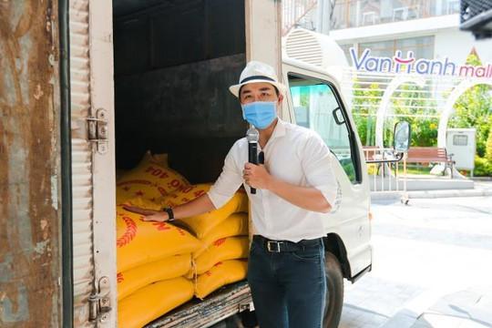 MC Nguyên Khang: 'Tôi tặng gạo không dựa vào ngoại hình để phân biệt ai nghèo hay sang'