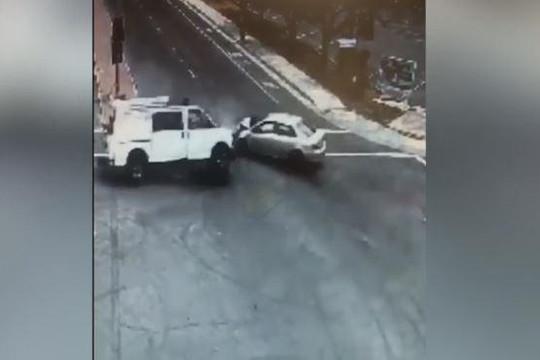 Hai ô tô đâm nhau, người đi xe đạp thoát chết trong gang tấc