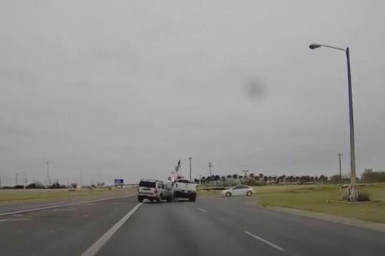 Chuyển làn đột ngột, nữ tài xế ô tô tông hất tung xe bán tải