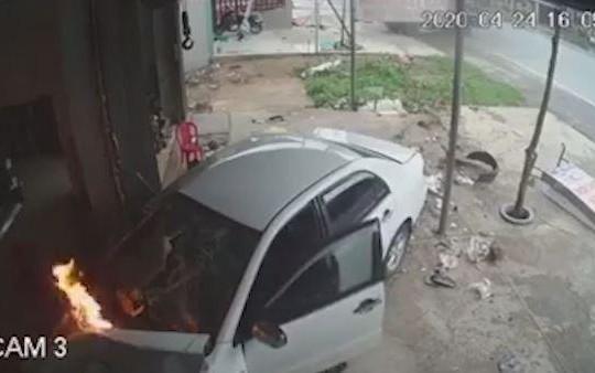 Ô tô húc đuôi xe tải, bốc cháy lao vào nhà dân ở Ninh Bình
