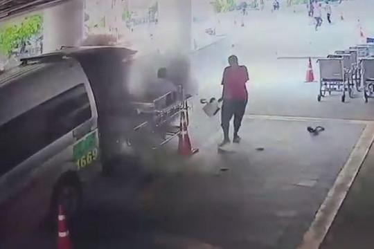 Clip xe cứu thương phát nổ khi đang chuyển bệnh nhân