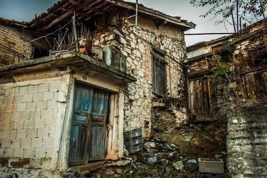 Nhốt người vi phạm lệnh cách ly vào những ngôi nhà ma ám vì quá mệt mỏi