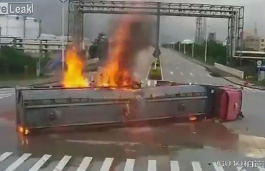 Xe cẩu chạy tốc độ cao đâm xe bồn chở nhiên liệu bốc cháy