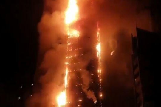 Clip tòa nhà chọc trời ở UAE bùng cháy như cột lửa khổng lồ