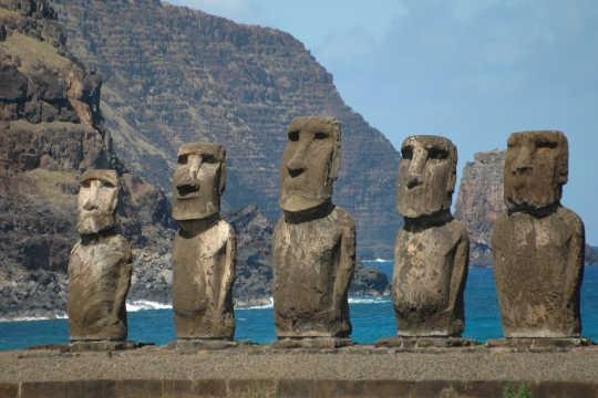 Bức tượng Moai trên đảo Phục Sinh bị phá hủy bởi xe bán tải