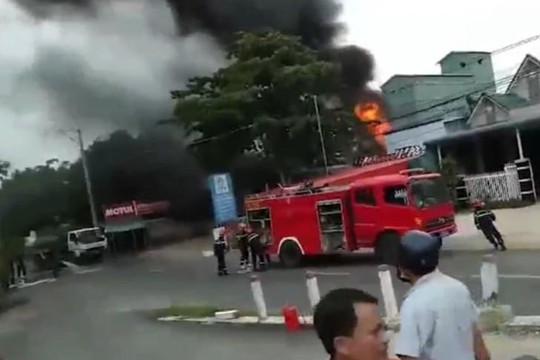 An Giang: Vào trạm xăng, xe bồn bốc cháy làm 1 người chết, 2 người bị thương nặng