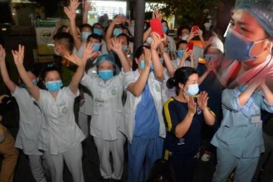 Clip trăm y bác sĩ Bệnh viện Bạch Mai òa khóc và lời chia sẻ lấy nước mắt dân mạng