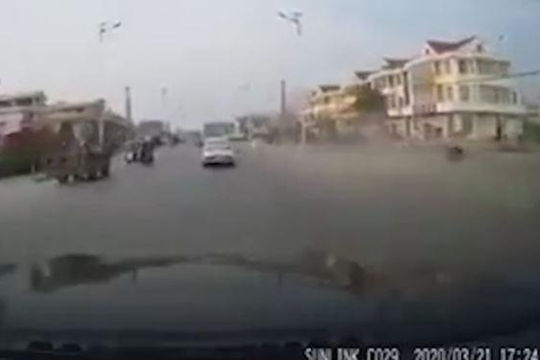Ô tô phóng nhanh, vượt ẩu tông bay người xe đạp
