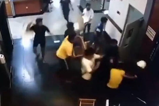 Clip nhóm giang hồ đập phá bệnh viện, đánh y bác sĩ và đối thủ vì bạn bị đâm chết