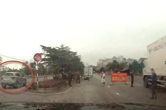 Clip tài xế lái ô tô đi ngược chiều vượt chốt kiểm soát dịch COVID-19