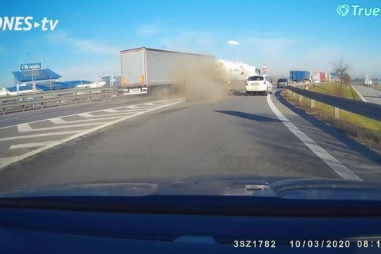 Chạy tốc độ cao đâm vào đuôi xe bồn, container vỡ nát phần đầu