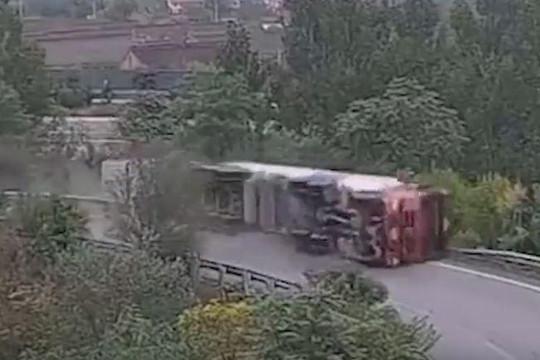 Khoảnh khắc tài xế ngủ gật khiến xe bồn lật xuống vực tại khúc cua