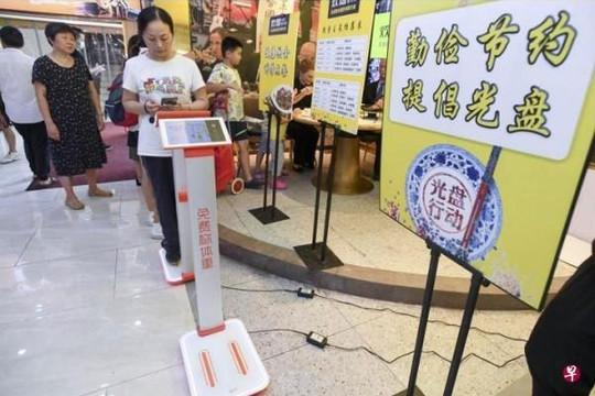 Nhà hàng Trung Quốc bị chỉ trích vì bắt khách cân trước khi ăn