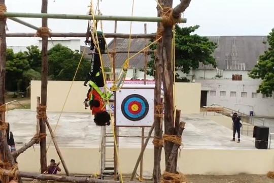 Clip bé gái 5 tuổi bắn 111 mũi tên trúng mục tiêu khi bị treo ngược, cố lập kỷ lục thế giới