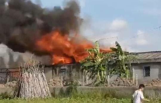 An Giang: Cháy lớn thiêu rụi hàng trăm mét vuông kho chứa mắm cá linh