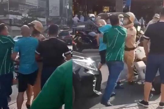 Clip gã đàn ông tự xưng bộ đội, chửi và hành hung CSGT TP.HCM vì bị chặn đầu ô tô