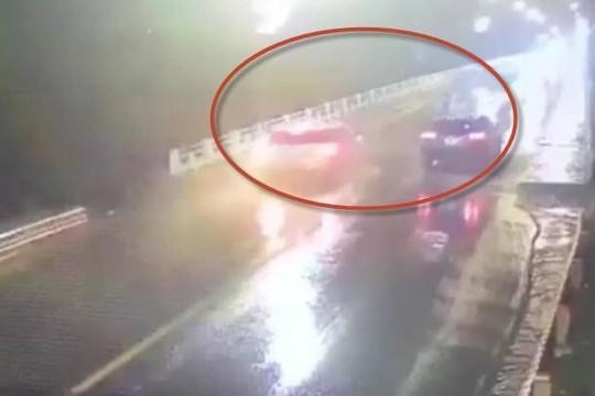 Clip tài xế ô tô phóng nhanh lấn làn trên cầu, tông chết nam sinh đi xe điện