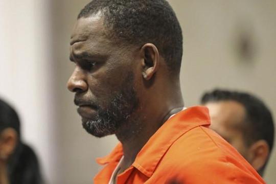 Nam ca sĩ R. Kelly bị bạn tù tấn công bằng bút