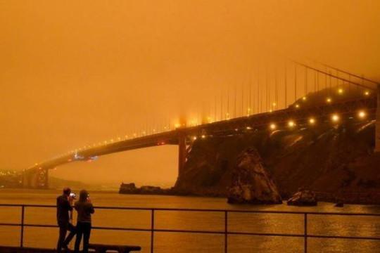 Cháy rừng dữ dội ở California khiến bầu trời đỏ rực như ngày tận thế