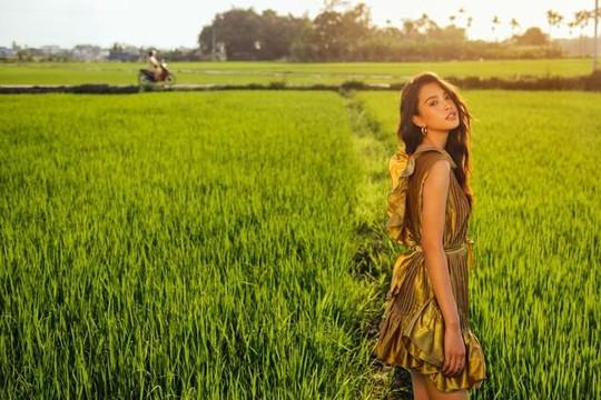 Hội An đẹp mơ màng trong bộ ảnh mới của hoa hậu Tiểu Vy