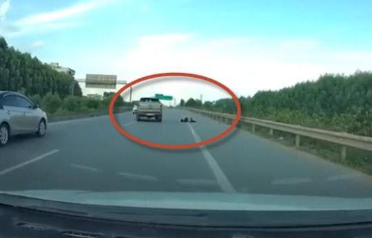Clip tài xế lái xe bán tải tông chết CSCĐ trên cao tốc rồi bỏ chạy