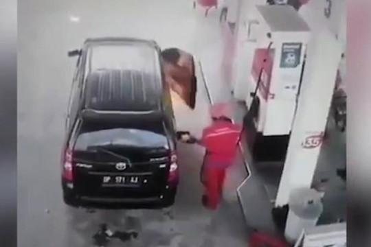 Đáng sợ clip ô tô phát nổ và bốc cháy khi đổ xăng, tài xế ngồi trong suýt chết