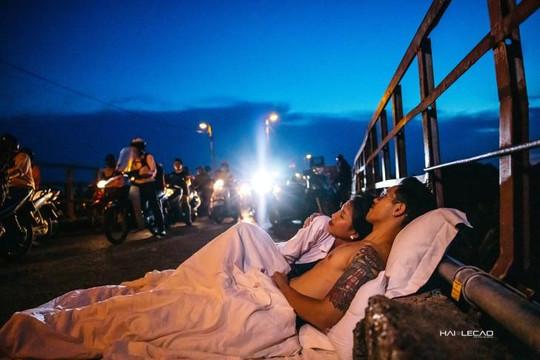 Bộ ảnh cưới 'đụng đâu ngủ đó' của cặp đôi tại Hà Nội: Hết mình, táo bạo nhưng phản cảm