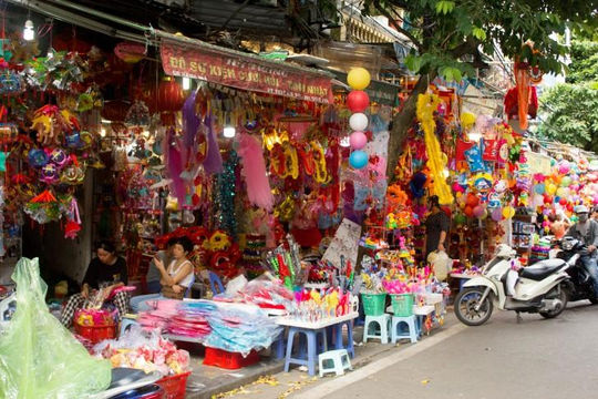 Phố Hàng Mã mùa Trung thu: Muốn check-in thoải mái hãy mua hàng!