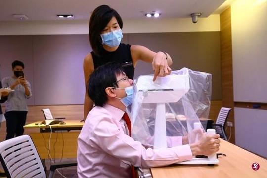 Singapore ra mắt robot lấy mẫu xét nghiệm COVID-19
