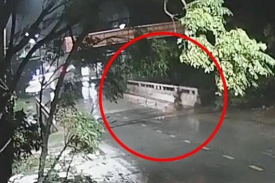 Clip thanh niên không đội mũ bảo hiểm tử nạn vì phóng xe lao vào thành cầu