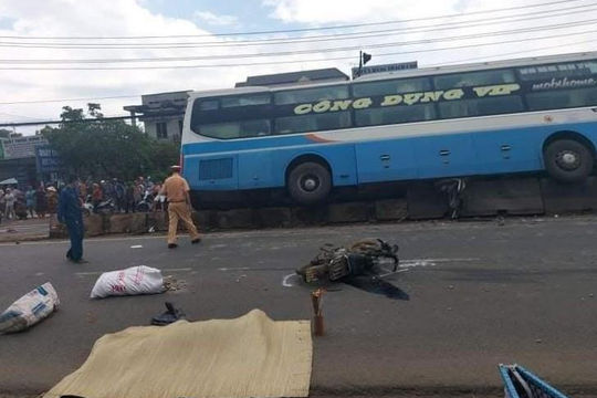 Xe khách tông 2 xe máy khiến 1 người chết, 1 người nguy kịch