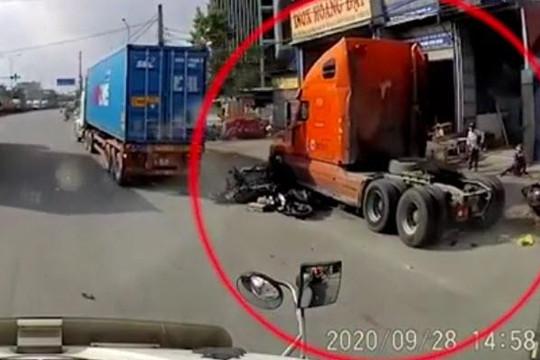 Đáng sợ clip xe đầu kéo tông 7 xe máy chờ đèn đỏ ở Hải Phòng