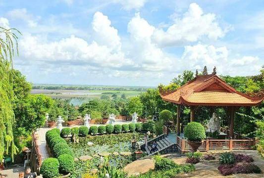 Đến An Giang, vãn cảnh chùa Hang nghe giai thoại về cặp mãng xà