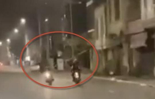 Clip 2 xe máy rượt đuổi như phim ở Hà Nội, côn đồ cầm gậy phóng lợn truy sát đối phương