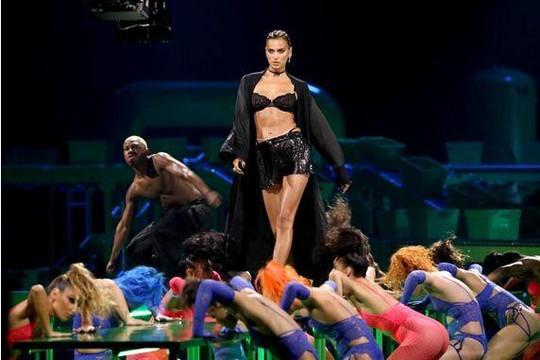 Show diễn nội y gây chú ý sau COVID-19 của ca sĩ Rihanna: Hội tụ nhiều chân dài 'bốc lửa'