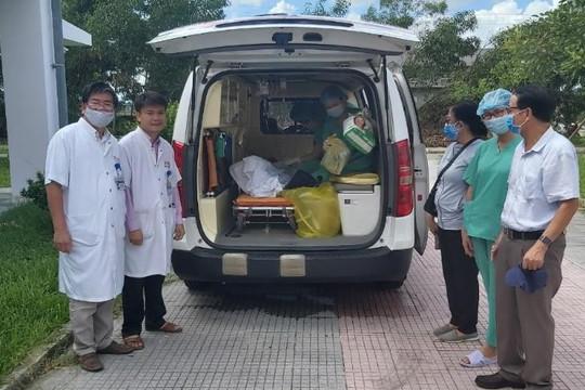 Bệnh nhân nhiễm COVID-19 cuối cùng rời Huế cùng món quà trị giá 30 triệu đồng.