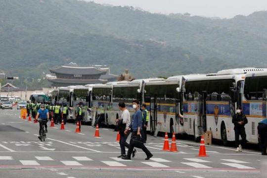 Cảnh sát dùng hàng trăm xe buýt phong tỏa đường phố để giảm lây lan COVID-19